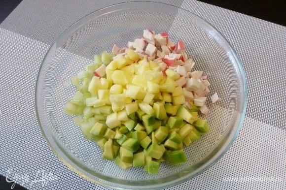 Крабовое мясо от VICI нарезаем кубиком. Яблоко, очищенное от шкурки и семян, нарежем так же.