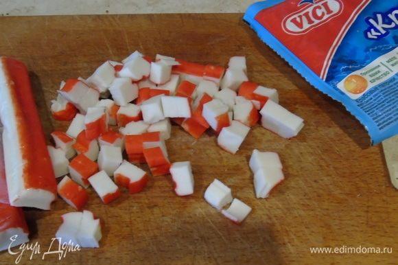 Крабовые палочки VICI нарезаем кубиками.