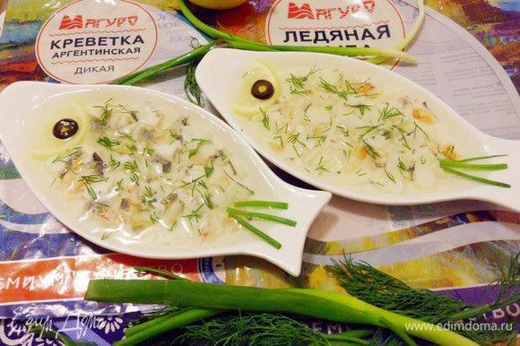 Можно приготовить рыбный студень в порционном варианте. Для этого удобно филе ледяной рыбы разобрать руками на пластинки, креветки мелко нарезать, украсить по своему усмотрению. Залить бульоном и охладить в холодильнике до полного застывания.
