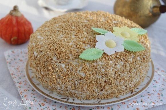 Оставить торт для пропитки при комнатной температуре на 1-2 часа. Затем поставить торт в холодильник.