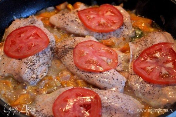 Посолить, поперчить сверху. Нарезать кружочками помидоры по количеству филе. Выложить сверху. Накрыть крышкой и тушить около 15 минут. Не перемешивать. Поглядывайте. Возможно, в процессе тушения придется добавить еще несколько ложек воды.