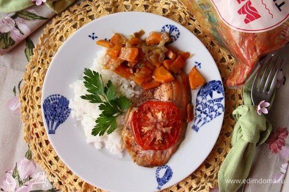 В качестве гарнира хорошо отварить рис. Особенно вкусно с Жасмином. Рыбу выкладываем аккуратно. Можно сверху овощей, а можно положить овощи на тарелке рядом.