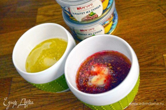 Свеклу натираем на терке, отжимаем сок. Сливочное масло заливаем кипятком со сметаной/кипящим свекольным соком, добавляем в обе емкости соль, тщательно размешиваем.