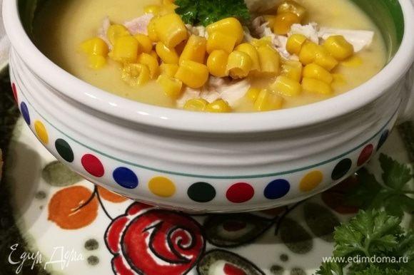 Добавить мясо в суп, прогреть и подавать, добавив рубленную зелень.
