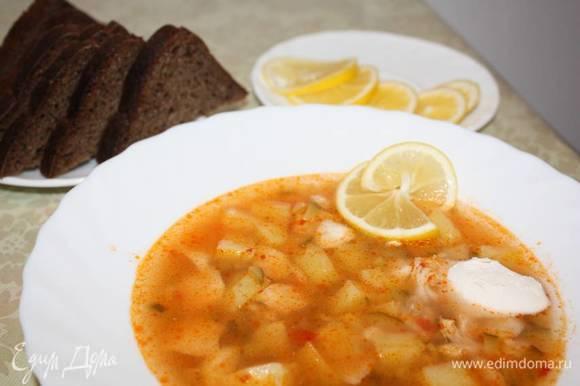 Солянку подавать в горячем виде со сметаной и долькой лимона.