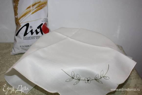 Приготовленное тесто покрывается сверху и расстаивается в теплом месте 20–25 минут.