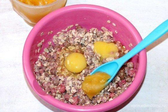 Добавить яйца (крупные) и мед. Сладость можно корректировать по вкусу.