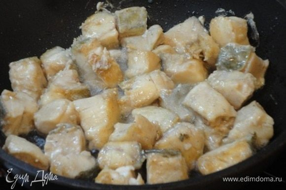 В глубокой сковороде разогреть 4 ст. л. растительного масла и обжарить рыбу до золотистого цвета. Рыбу отложить.