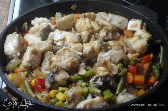 Вместе с рыбными кубиками добавить к овощам. Попробуйте на соль и при необходимости досолите. Мне хватило соевого соуса.
