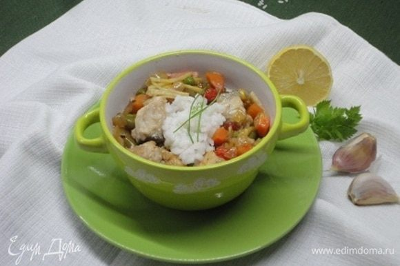 К рыбному айнтопфу очень подойдет отваренный рис.