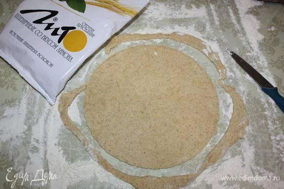Раскатываем пласт толщиной 0,5 см. Вырезать круг (диаметр 26 см). Края необходимо ровно обрезать (можно использовать тарелку или крышку).