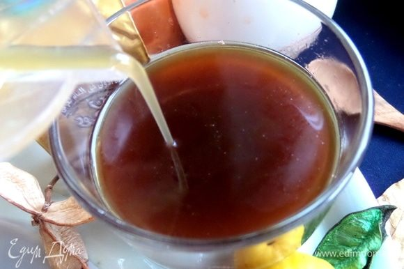 Влить сироп в кофейный напиток. Можно прямо в бокал. В оригинале был мед и лимонный сок.