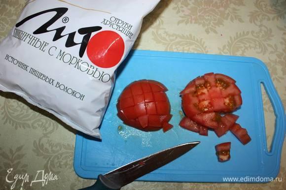 Затем помидоры нарезать кубиками.