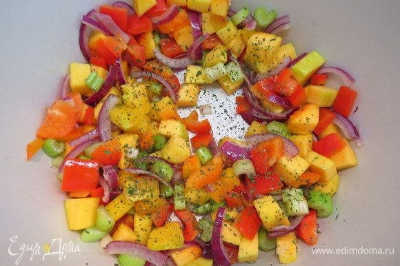 Разогреть сковороду с растительным маслом и выложить овощи. Обжарить овощи, периодически помешивая, до полуготовности тыквы. Посолить, приправить итальянскими травами и молотым перцем. Начинку остудить.