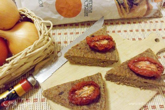 Сверху на кусочек рыбного пирога можно положить вяленую помидорку.