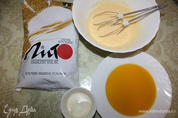 Затем добавить сметану, растопленное и остуженное сливочное масло (по желанию масло можно заменить маргарином). Все тщательно перемешиваем.