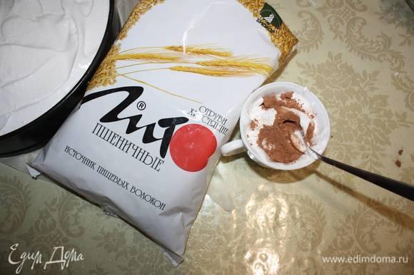 В оставшуюся белковую массу добавить немного какао.