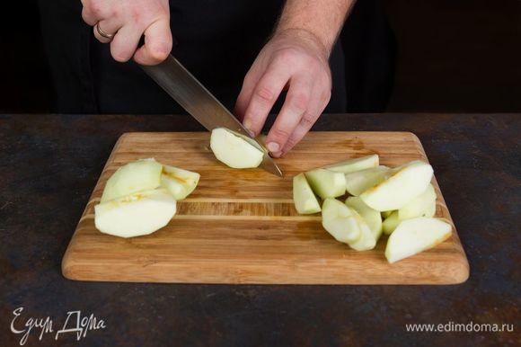 Яблоки лучше использовать зеленых сортов. Очистите их и нарежьте кусочками.