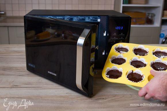 Выпекайте кексы в микроволновой печи с грилем Samsung MW3500K при мощности 800 Вт 8 минут.