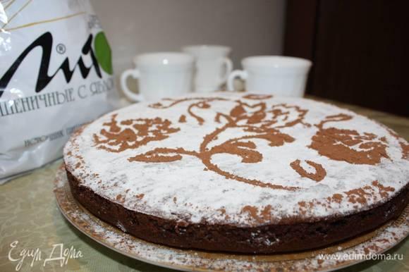 Достать, дать остыть. Снять разъемную форму, Затем можно украсить сахарной пудрой и какао, используя трафарет.