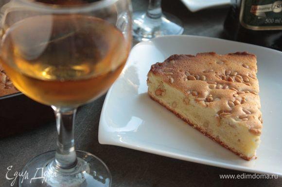 Пирог получается очень нежным и рассыпчатым и, благодаря содержанию масла, черствеет медленнее стандартного безмаслянного бисквита.