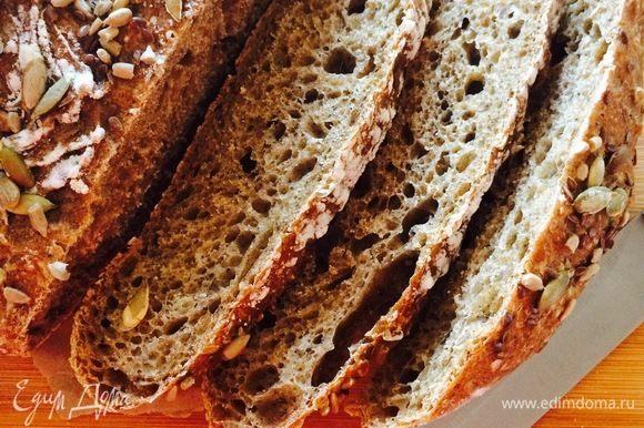 Готовый хлеб достать из кастрюли и полностью остудить на решетке.