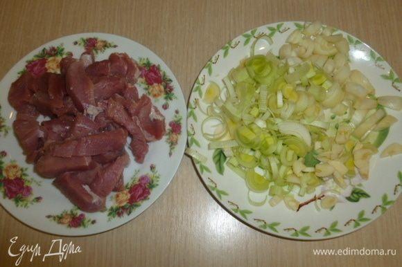 Лук, порей и чеснок мелко порезать. Мясо нарезать небольшими кусочками.