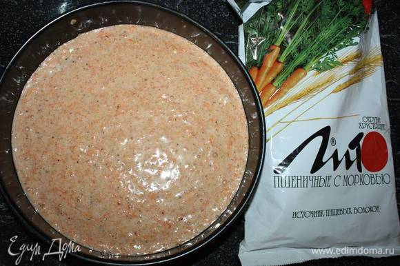 Форму смазать маслом. Выложить тесто, поставить в разогретую до 180°С духовку. Выпекать примерно 40 минут, проверять готовность спичкой.