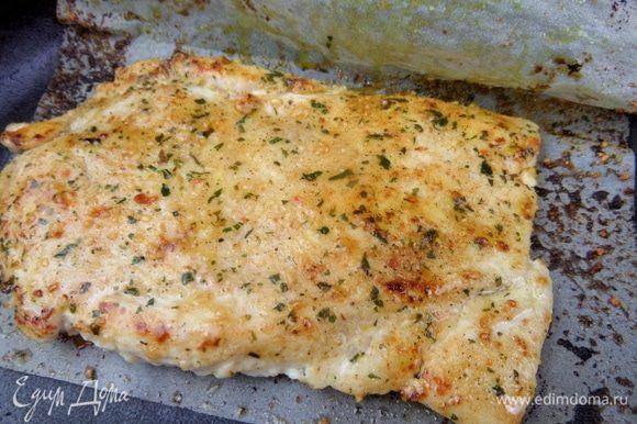 Обжарить в готовых приправах для курицы (по 5 минут с каждой стороны), но это не принципиально, можно просто посолить, поперчить.