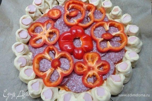 Выложите кусочки салями, сверху — колечки перца.