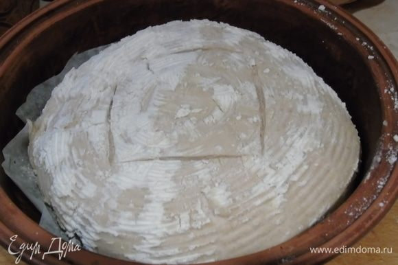 Духовку нагреваем заранее до 220°С. Если будете печь в форме, то и ее нагреваем вместе с духовкой. Перекидываем хлеб в форму, делаем надрезы, накрываем крышкой и отправляем в духовку, печем 15 минут с паром.