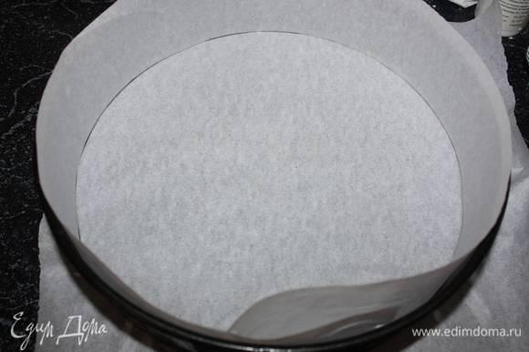 Выкладываем половину теста в разъемную форму (в данном случае диаметр формы 26 см), выстланную пергаментной бумагой.