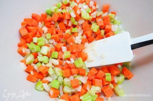 Следом добавляем морковь и обжариваем еще немного.