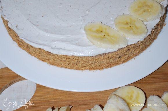 Сверху крема выложим порезанные бананы.