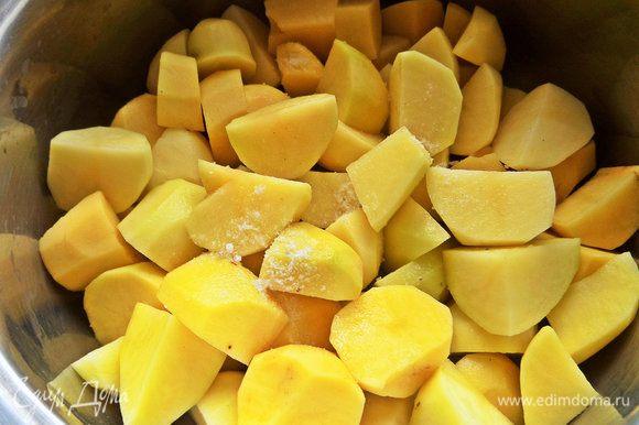 Чистим и ставим вариться картофель на пюре.
