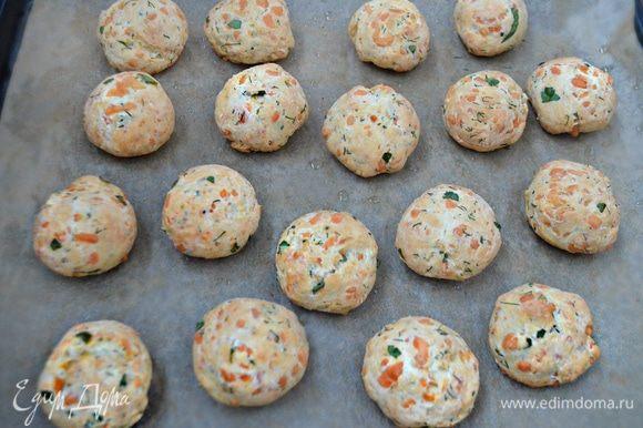 Выпекайте булочки около 25 мин. в разогретой до 180°С духовке до готовности.