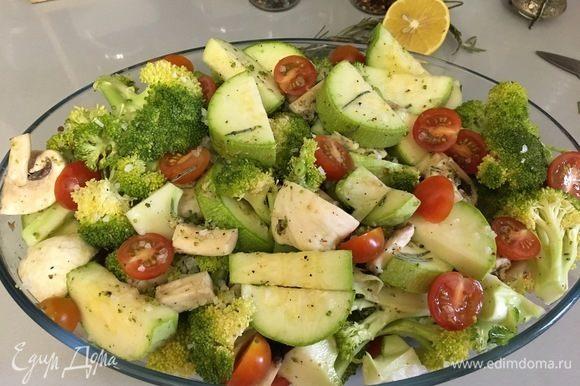 Перемешиваем овощи с приправной смесью и отправляем в духовку, разогретую до 180°С, на 40 минут.
