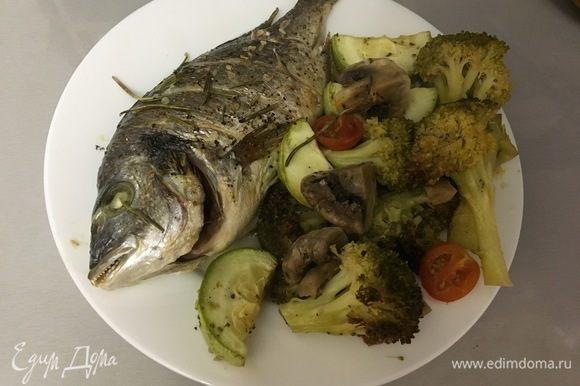 Укладываем в тарелку запеченную рыбу и овощи. Приятного аппетита!