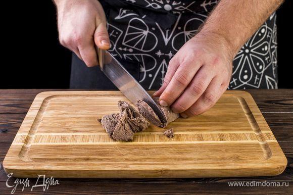 Далее уменьшите огонь и варите мясо под крышкой приблизительно 1 час. Остудите готовое мясо и нарежьте на кусочки.