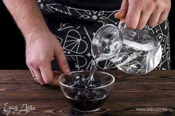 Чернослив промойте в теплой воде и нарежьте соломкой.