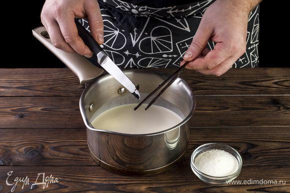 В сливки добавьте сахар и ваниль, доведите до кипения на маленьком огне. Но не кипятите!