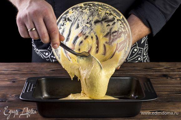 В смазанную оливковым маслом форму выложите тесто. Выпекайте в течение 50 минут в духовке при 180°С.