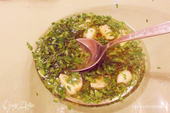 В миске смешать чеснок, зелень петрушки, оливковое масло и винный уксус. Перемешать.