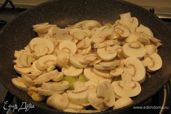 Разогреть в сковороде оливковое масло, обжарить чеснок, затем его выкинуть. Добавить грибы и лук. Посолить, поперчить, посыпать листиками тимьяна.