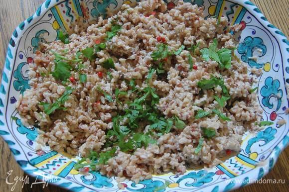 Кинзу мелко порубить и посыпать рис.