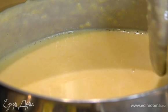 В кастрюлю влить сливки и молоко, добавить персиковое пюре и 100 г коричневого сахара, все перемешать и прогревать на огне, периодически перемешивая, до появления первых пузырьков, затем снять с огня и остудить до 60°С.