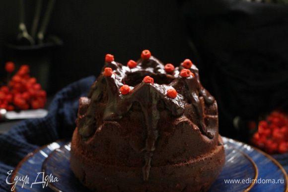 Готовим ганаш. Довести сливки до кипения, снять с огня, добавить в них ломаный шоколад и интенсивно размешать.