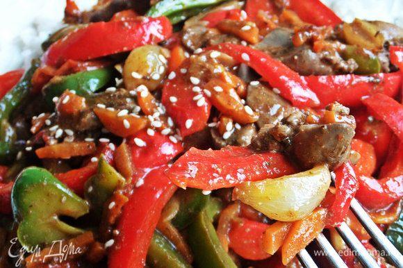 Яркое рагу, благодаря овощам, выглядит аппетитно.