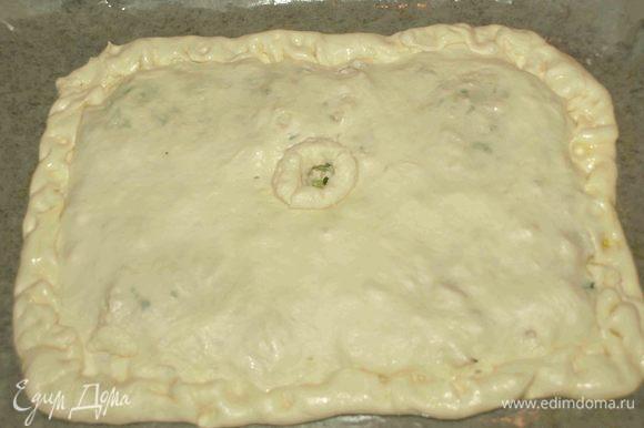 Закрываем второй частью теста. Соединяем края. Делаем небольшое отверстие в центре пирога.