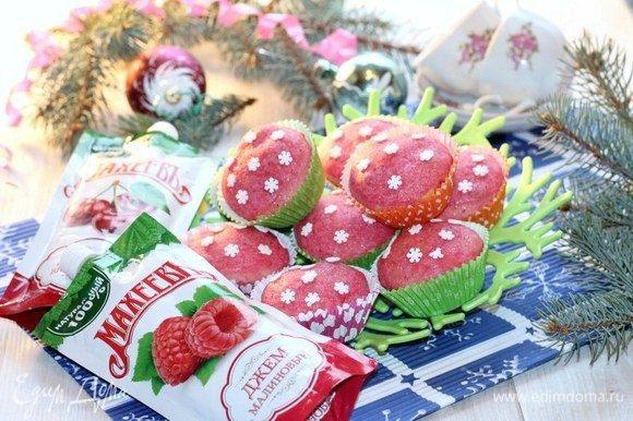 Чтобы цвет у кексов, был более насыщенный, можно после того, как помадка застынет, повторить.